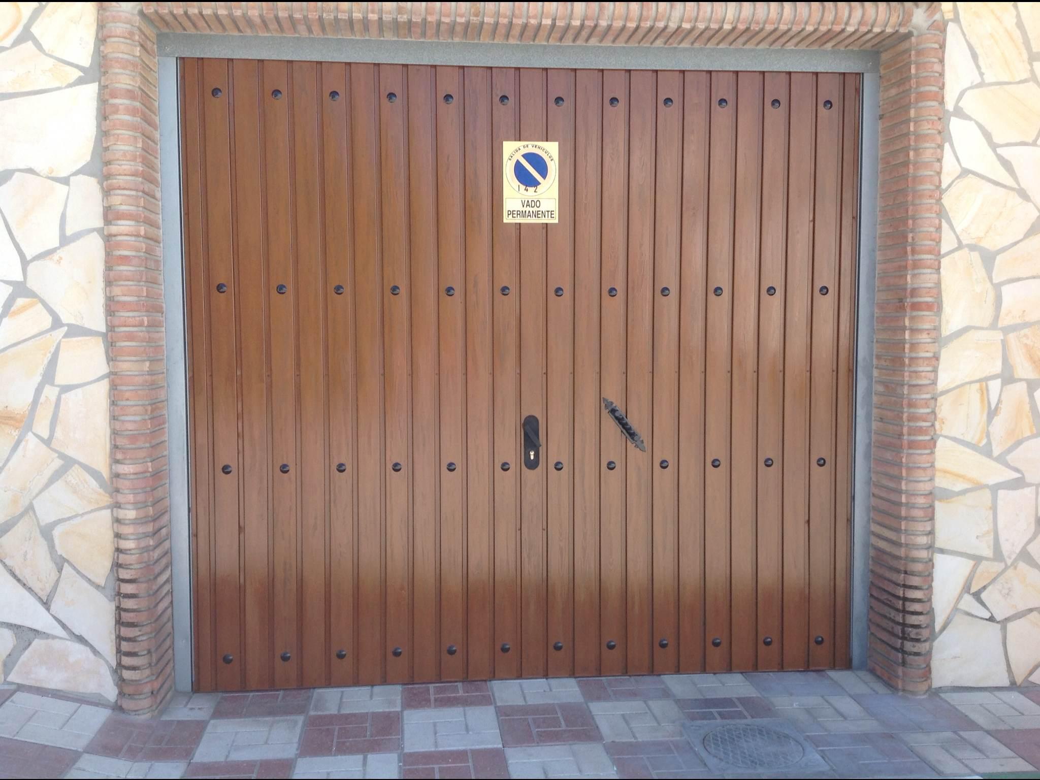 Imitaciones en madera al restaurar una puerta met lica for Remate de puertas de madera