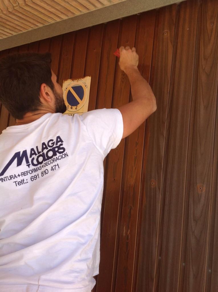 Imitaciones en madera al restaurar una puerta met lica for Como restaurar una puerta